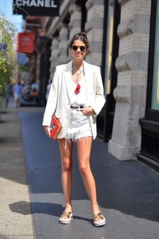 Cómo combinar: blazer blanco, camiseta sin manga blanca, pantalones cortos vaqueros blancos, sandalias planas de cuero doradas