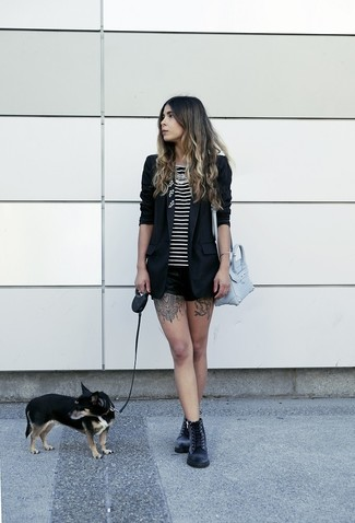 Cómo combinar: blazer negro, camiseta sin manga de rayas horizontales en negro y blanco, pantalones cortos de cuero negros, botas planas con cordones de cuero negras