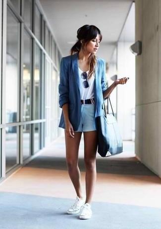 Ponte un blazer azul y unos pantalones cortos para lidiar sin esfuerzo con lo que sea que te traiga el día. Mezcle diferentes estilos con tenis blancos.