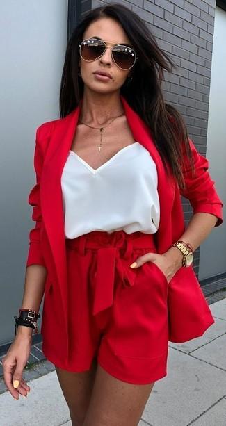 Cómo combinar: blazer rojo, camiseta sin manga de seda blanca, pantalones cortos rojos, gafas de sol en marrón oscuro