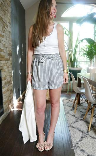 Cómo combinar: blazer blanco, camiseta sin manga blanca, pantalones cortos de rayas verticales grises, sandalias con cuña de cuero en beige