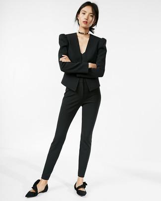 Cómo combinar: blazer negro, camiseta sin manga negra, pantalones pitillo negros, bailarinas de ante negras