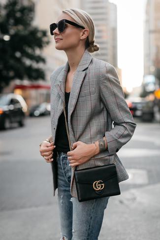 Cómo combinar: blazer de tartán gris, camiseta sin manga negra, vaqueros pitillo desgastados azules, bolso bandolera de cuero negro