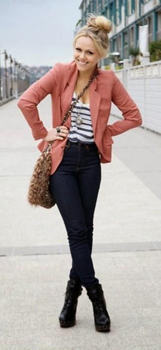 Usa un blazer rosado y unos vaqueros pitillo azul marino para un almuerzo en domingo con amigos. Complementa tu atuendo con botines de cuero negros para mostrar tu lado fashionista.
