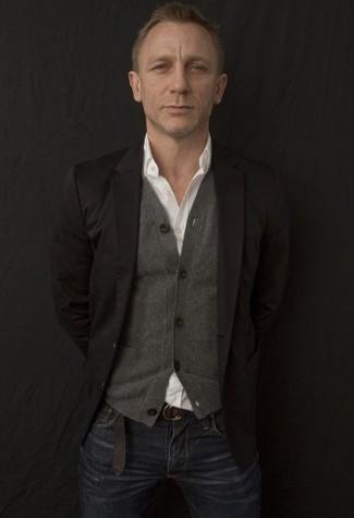 Cómo combinar: blazer negro, cárdigan gris, camisa de manga larga blanca, vaqueros azul marino