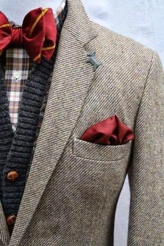 Cómo combinar: blazer de lana marrón, cárdigan de punto en gris oscuro, camisa de manga larga de tartán en marrón oscuro, corbatín de rayas verticales rojo