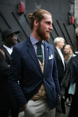 Cómo combinar: blazer azul marino, cárdigan marrón claro, camisa de manga larga de cuadro vichy azul marino, pantalón chino gris