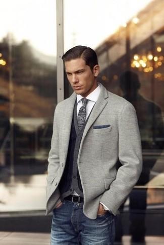 Cómo combinar: blazer de punto gris, cárdigan en gris oscuro, camisa de manga larga blanca, vaqueros azul marino