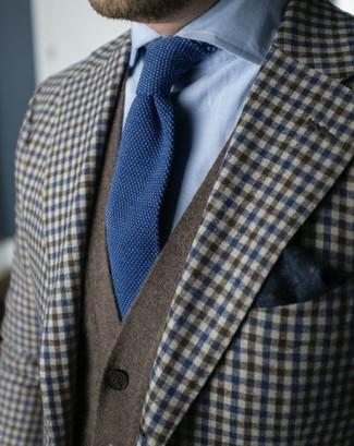 Cómo combinar: blazer de lana de cuadro vichy marrón, cárdigan verde oliva, camisa de vestir celeste, corbata de punto azul marino