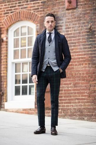 Cómo combinar: blazer acolchado negro, cárdigan gris, camisa de vestir blanca, pantalón de vestir de tartán en azul marino y verde