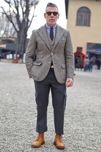 Cómo combinar: blazer de lana de espiguilla gris, cárdigan gris, camisa de vestir celeste, pantalón cargo en gris oscuro