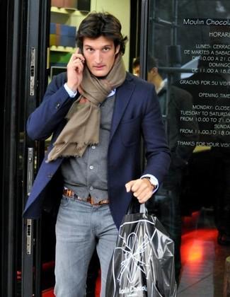 Cómo combinar: blazer azul marino, cárdigan gris, camisa de vestir celeste, vaqueros pitillo grises