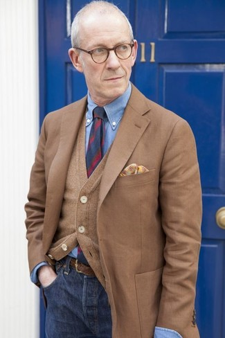 Cómo combinar: blazer marrón, cárdigan marrón, camisa de vestir de cambray azul, vaqueros azul marino
