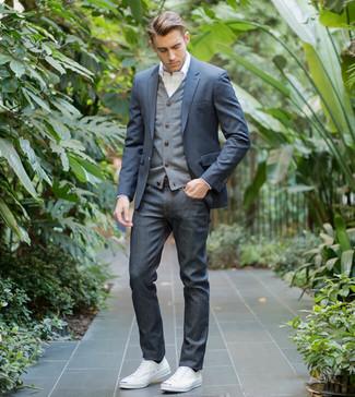 Cómo combinar: blazer azul marino, cárdigan gris, camisa de vestir blanca, vaqueros azul marino