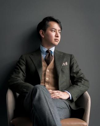Cómo combinar: blazer de lana verde oscuro, cárdigan marrón claro, camisa de vestir de rayas verticales celeste, pantalón de vestir de lana en gris oscuro