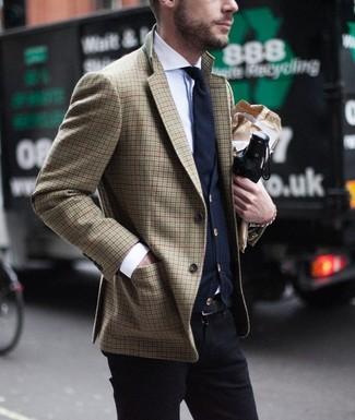Cómo combinar: blazer de pata de gallo marrón, cárdigan azul marino, camisa de vestir blanca, pantalón chino negro