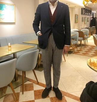 Cómo combinar: blazer azul marino, cárdigan burdeos, camisa de vestir blanca, pantalón de vestir de lana gris