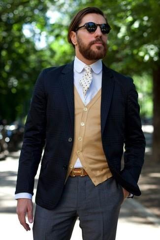 Intenta ponerse un blazer de tartán azul marino de hombres de Ermenegildo Zegna y un pantalón de vestir gris oscuro para un perfil clásico y refinado.