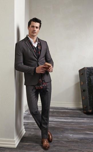 Intenta combinar un blazer gris oscuro con una bufanda de cuadro vichy gris oscuro de hombres de Z Zegna para crear un estilo informal elegante. Zapatos derby de cuero marrónes son una opción perfecta para complementar tu atuendo.
