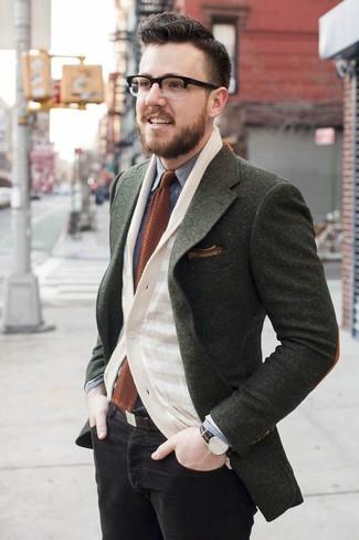 Cómo combinar: blazer de lana verde oliva, cárdigan de rayas horizontales en beige, camisa vaquera gris, vaqueros pitillo negros