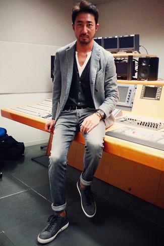 Cómo combinar: blazer gris, cárdigan negro, camiseta henley blanca, vaqueros grises
