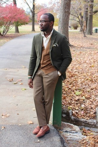 Dark Green Print Pocket Square Outfits: An olive blazer and a dark green print pocket square are amazing menswear elements to have in your current casual rotation. Elevate this ensemble with the help of a pair of tobacco suede loafers.