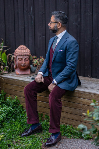 Navy Socks Outfits For Men: Why not wear a navy blazer with navy socks? As well as very comfortable, these two pieces look amazing worn together. And if you need to immediately step up your ensemble with a pair of shoes, why not add burgundy leather tassel loafers to the equation?