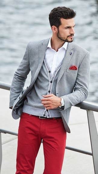 Red Jeans Outfits For Men: Such items as a grey blazer and red jeans are the ideal way to introduce some class into your daily fashion mix.
