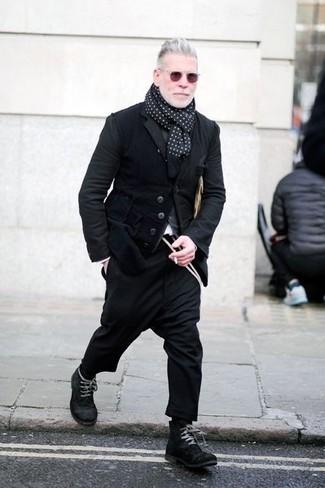 Cómo combinar: blazer de pana negro, cárdigan gris, pantalón chino de lana negro, botas casual de ante negras