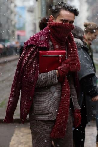Cómo combinar: blazer de lana de cuadro vichy marrón, cárdigan de punto burdeos, pantalón de vestir de lana de cuadro vichy marrón, bolso con cremallera de cuero rojo