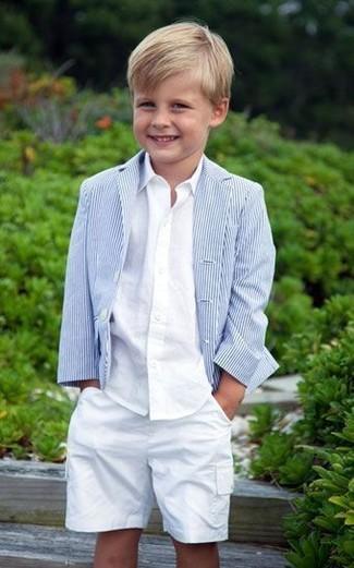 Cómo combinar: blazer celeste, camisa de manga larga blanca, pantalones cortos blancos