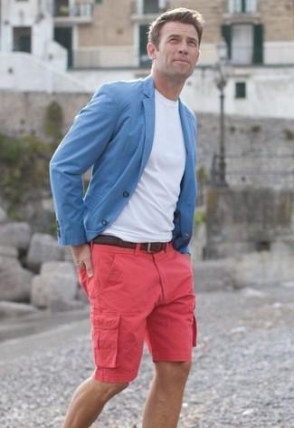 Cómo combinar: blazer celeste, camiseta con cuello circular blanca, pantalones cortos rosa, correa de cuero tejida en marrón oscuro