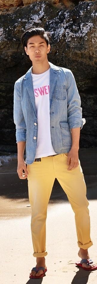 Cómo combinar: blazer vaquero celeste, camiseta con cuello circular estampada en blanco y rosa, pantalón chino amarillo, chanclas en rojo y azul marino