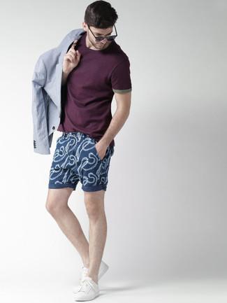 Cómo combinar: blazer celeste, camiseta con cuello circular morado oscuro, pantalones cortos estampados azul marino, tenis blancos