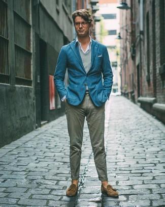 Cómo combinar: blazer en verde azulado, chaleco de punto gris, camisa de manga larga celeste, pantalón chino gris