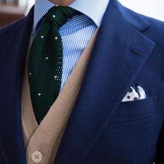Cómo combinar: blazer azul marino, chaleco de punto marrón claro, camisa de vestir de rayas verticales celeste, corbata de punto verde oscuro