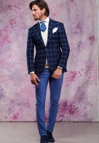 Cómo combinar: blazer de lana a cuadros azul marino, chaleco de punto blanco, camisa de vestir blanca, pantalón de vestir azul