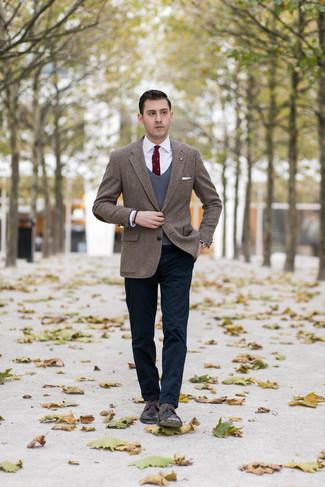 Cómo combinar: blazer de tweed de espiguilla marrón, chaleco de punto en gris oscuro, camisa de vestir blanca, pantalón chino azul marino