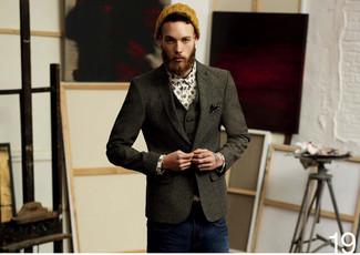 Cómo combinar: blazer de lana en gris oscuro, chaleco de vestir de lana en gris oscuro, camisa de manga larga estampada blanca, vaqueros azul marino