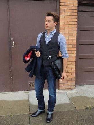 Cómo combinar: blazer azul marino, chaleco de vestir en gris oscuro, camisa de manga larga de seersucker celeste, vaqueros azul marino