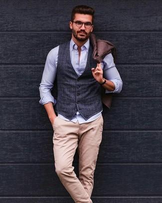 Cómo combinar: blazer de lana marrón, chaleco de vestir de tartán en gris oscuro, camisa de manga larga de seersucker celeste, pantalón chino en beige