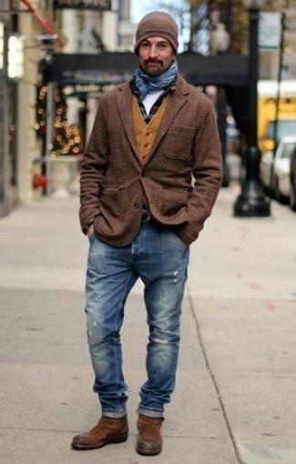 Cómo combinar: blazer de lana de tartán marrón, chaleco de vestir de lana mostaza, camisa de manga larga a cuadros negra, camiseta con cuello circular blanca