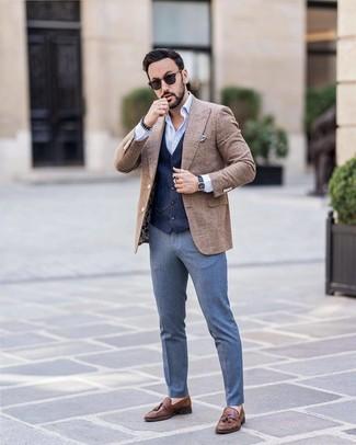 Cómo combinar: blazer de lana a cuadros marrón, chaleco de vestir azul marino, camisa de manga larga celeste, pantalón de vestir azul