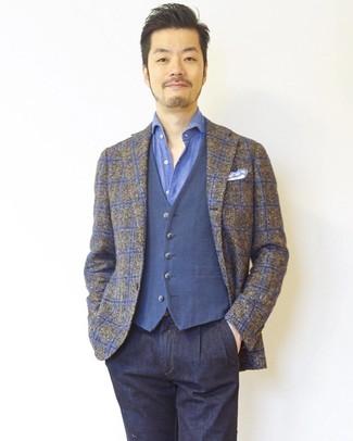 Cómo combinar: blazer de tartán marrón, chaleco de vestir azul, camisa de manga larga azul, vaqueros azul marino
