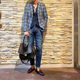 Cómo combinar: blazer de tartán azul marino, chaleco de vestir azul marino, camisa de manga larga gris, vaqueros azul marino