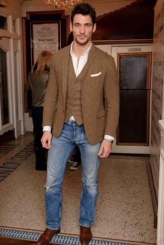 Cómo combinar: blazer de lana marrón, chaleco de vestir de lana marrón, camisa de manga larga blanca, camiseta sin mangas blanca