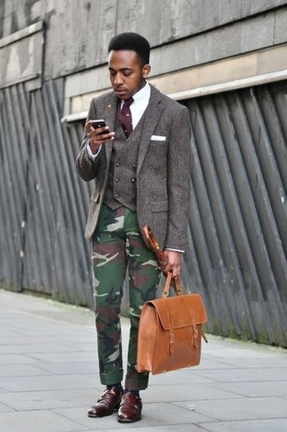 Cómo combinar: blazer de lana en marrón oscuro, chaleco de vestir de lana en marrón oscuro, camisa de vestir blanca, pantalón chino de camuflaje verde oscuro