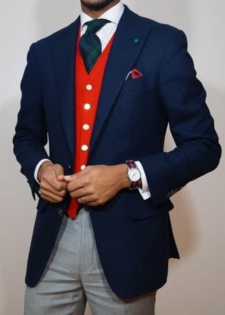 Cómo combinar: blazer de lana azul marino, chaleco de vestir rojo, camisa de vestir a cuadros blanca, pantalón de vestir gris