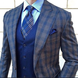 Cómo combinar: blazer de lana a cuadros en marrón oscuro, chaleco de vestir azul, camisa de vestir de rayas verticales celeste, corbata de tartán azul