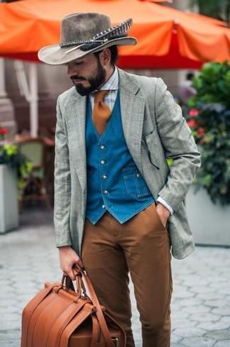 Cómo combinar: blazer de lana de tartán gris, chaleco de vestir vaquero azul, camisa de vestir de tartán celeste, pantalón chino marrón